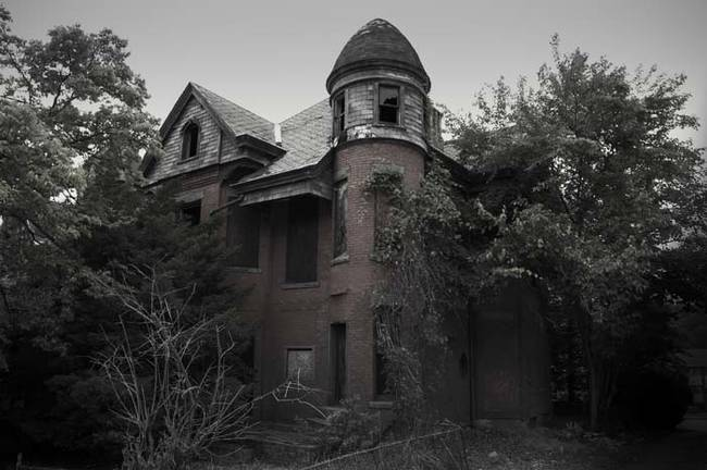 15 Photos Of The Most Haunted Houses In America The